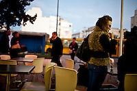 Donne arabe, ragazza con occhiali in un bar,Arab women, girl with glasses in a bar<br /> femme arabe,  jeune fille avec des lunettes dans un bar