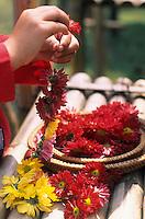 """Asie/Thaïlande/Env de Chiang Mai : Réception à la """"Mae Sa Valley Resort"""" - Mlle Tuene Jai prépara des colliers de fleurs pour les invités"""