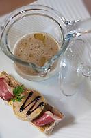 Europe/France/Aquitaine/40/Landes/Mont-de-Marsan:   En cocotte, le consommé de cèpe, picatta de foie gras pékinoise et soja, recette de Christophe Dupouy du Restaurant: Les Clés d'Argent,