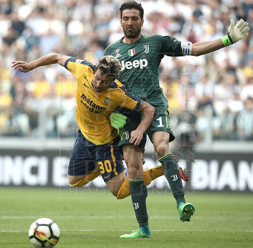 Calcio, Serie A: Juventus - Hellas Verona, Torino, Allianz Stadium, 19 maggio, 2018.<br /> Juventus' Captain and goalkeeper Gianluigi Buffon (r) in action with Hellas Verona's Ryder Matos (l) during the Italian Serie A football match between Juventus and Hellas Verona at Torino's Allianz stadium, 19 May, 2018.<br /> Juventus won their 34th Serie A title (scudetto) and seventh in succession.<br /> Gianluigi Buffon played his last match with Juventus today after 17 years.<br /> UPDATE IMAGES PRESS/Isabella Bonotto
