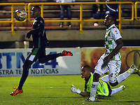 TUNJA- COLOMBIA 01 -11-2015: Harold Preciado (Izq.) jugador de Deportivo Cali, anota gol a Jose Escobar (Cent.) portero de Boyaca Chico FC durante partido entre Boyaca Chico FC y Deportivo Cali de la fecha 18 de la Liga Aguila II-2015, jugado en el estadio La Independencia de la ciudad de Tunja. / Harold Preciado (L) player of Deportivo Cali, scored a goal to Jose Escobar (C) goalkeeper of Boyaca Chico FC during a match between Boyaca Chico FC Deportivo Cali for the 18 date of the Liga Aguila II-2015 at the La Independencia stadium in Tunja city. Photo: VizzorImage  / Cesar Melgarejo / Cont.