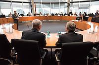 Am 18. Februar 2016 fand die 8. Sitzung des 2. NSU-Untersuchungsausschusses des Deutschen Bundestag statt. Als Zeugen waren Kriminaldirektor Thomas Werle vom Bundeskriminalamt (BKA) und Kriminalhauptmeister Frank Lenk, Brandursachenermittler der Zwickauer Kriminalpolizei geladen.<br /> Sie sagten zu dem Brand am 4. November 2011 in der  Fruehlingstrasse 26 in Zwickau-Weißenborn aus. Nach den polizeilichen Ermittlungen soll das mutmassliche NSU-Mitglied Beate Zschaepe die Wohnung in Brand gesetzt haben um Spuren und Hinweise auf die NSU-Morde zu vernichten.<br /> Im Bild vlnr: Kriminalhauptmeister Frank Lenk und Kriminaldirektor Thomas Werle. Die Zeugen durften nicht von vorne fotografiert werden.<br /> 17.1.2016, Berlin<br /> Copyright: Christian-Ditsch.de<br /> [Inhaltsveraendernde Manipulation des Fotos nur nach ausdruecklicher Genehmigung des Fotografen. Vereinbarungen ueber Abtretung von Persoenlichkeitsrechten/Model Release der abgebildeten Person/Personen liegen nicht vor. NO MODEL RELEASE! Nur fuer Redaktionelle Zwecke. Don't publish without copyright Christian-Ditsch.de, Veroeffentlichung nur mit Fotografennennung, sowie gegen Honorar, MwSt. und Beleg. Konto: I N G - D i B a, IBAN DE58500105175400192269, BIC INGDDEFFXXX, Kontakt: post@christian-ditsch.de<br /> Bei der Bearbeitung der Dateiinformationen darf die Urheberkennzeichnung in den EXIF- und  IPTC-Daten nicht entfernt werden, diese sind in digitalen Medien nach §95c UrhG rechtlich geschuetzt. Der Urhebervermerk wird gemaess §13 UrhG verlangt.]