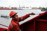 GERMANY Hamburg, Filipino seaman on cargo vessel MV Merwedijk in harbour / DEUTSCHLAND Hamburg , philippinischer seeman auf  einem Schiff im Hafen