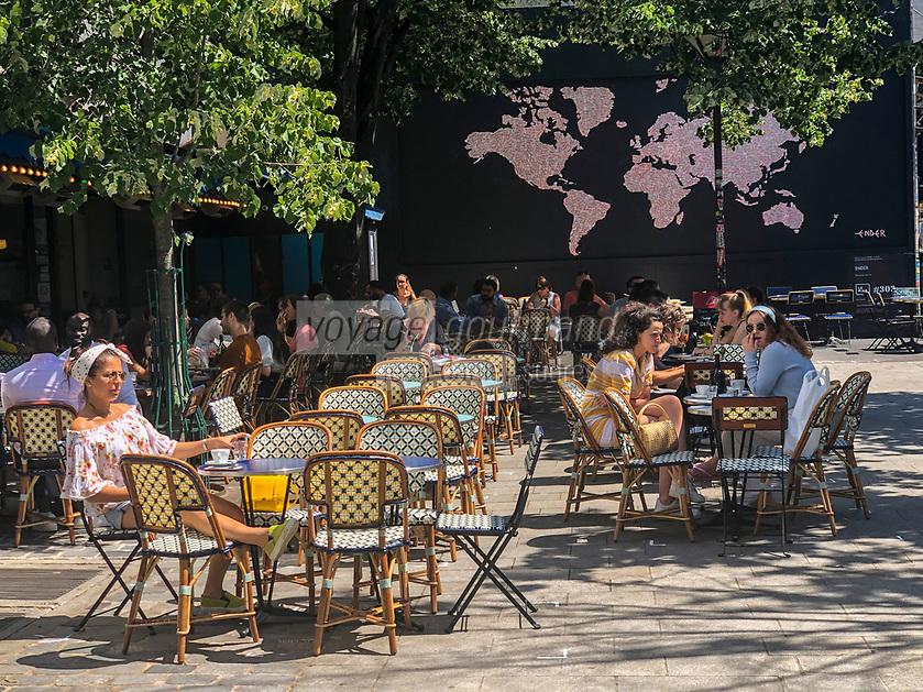 """Europe / Ile de France/ 75011/Paris: 1er jour de déconfinement Place Verte , devant le Mur Oberkampf haut lieu du street-art  , Liberté retrouvée au soleil   -  Performance d'art urbain de l'artiste ENDER  -  Caméscope À Paris, l'artiste Ender est à l'honneur pour la réouverture du mur d'Oberkampf, dédié au street-art, qui était fermé pendant le confinement. Son œuvre, une planisphère composée de stickers """"Fragile"""", se veut en résonance avec la crise du  COVID 19 // Europe / Ile de France / 75011 / Paris: 1st day of deconfinement Place Verte, in front of the Oberkampf Wall, a Mecca for street art, Freedom found in the sun - Performance of urban art by the artist ENDER - Camcorder In Paris, the artist Ender is in the spotlight for the reopening of the Oberkampf wall, dedicated to street art, which was closed during confinement. His work, a world map made up of """"Fragile"""" stickers, is meant to resonate with the COVID crisis 19"""