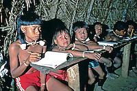 Escola indígena de índios Xavantes, Mato Grosso. 1991. Foto de Cynthia Brito.
