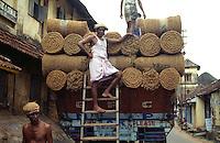 Verladen von Kokosfasern, Cochin = Kochi (Kerala), Indien