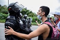 CALARCA - COLOMBIA, 30-04-2021: Un manifestante le habla a un Policía antidisturbios a la salida de Calarcá en la vía que conduce al alto de La Línea durante el tercer día de Paro Nacional en Colombia hoy, 30 abril de 2021, y que comenzó el pasado 28 de abril de 2021 para protestar por la reforma tributaria que adelanta el gobierno de Ivan Duque además de la precaria situación social y económica que vive Colombia. El paro fue convocado por sindicatos, organizaciones sociales, estudiantes y la oposición. / A protester talks to Anti riot police officer at the exit of Calarcá on the road that leads to the top of La Línea during the third day of the National Strike in Colombia today, April 30, 2021, and which began on April 28, 2021 to protest the tax reform that the government of Ivan Duque is also advancing of the precarious social and economic situation that Colombia is experiencing. The strike was called by unions, social organizations, students and the opposition in Colombia. Photo: VizzorImage / Santiago Castro / Cont