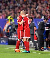 03.04.2018, Football UEFA Champions League 2017/2018,   FC Sevilla - FC Bayern Muenchen, stadium Ramon Sanchez Pizjuan, Sevilla (spain). v.li: Franck Ribery (FC Bayern Muenchen) and Arjen Robben (FC Bayern Muenchen) umarmen sich langen bei substitution. *** Local Caption *** © pixathlon<br /> <br /> Contact: +49-40-22 63 02 60 , info@pixathlon.de