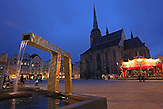 Das böhmische Pilsen ist 2015 neben dem belgischen Mons, die Kulturhauptstadt Europas. Die Stadt des Biers wandelt sich zur europäischen Kulturhauptstadt. <br /> Bild: Auf dem Platz der Republik steht die St.-Bartholomäus-Kathedrale und vergoldete Brunnen, die die Figuren des Pilsner Stadtwappens darstellen.