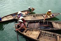 Boote mit Händlerinnen in Hoi An, Vietnam