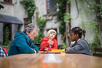 """Bewohnerinnen der Kohlfurterstrasse 40 in Berlin-Kreuzberg spielen Dame auf der Terrasse. Das Haus ist Teil des sog. """"Block 89"""".<br /> 14.5.2020, Berlin<br /> Copyright: Christian-Ditsch.de<br /> [NUR FUER REDAKTIONELLE ZWECKE! Werbung nur auf Anfrage beim Fotografen. Inhaltsveraendernde Manipulation des Fotos nur nach ausdruecklicher Genehmigung des Fotografen. Vereinbarungen ueber Abtretung von Persoenlichkeitsrechten/Model Release der abgebildeten Person/Personen liegen nicht vor. NO MODEL RELEASE! Don't publish without copyright Christian-Ditsch.de, Veroeffentlichung nur mit Fotografennennung, sowie gegen Honorar, MwSt. und Beleg. Konto: I N G - D i B a, IBAN DE58500105175400192269, BIC INGDDEFFXXX, Kontakt: post@christian-ditsch.de<br /> Bei der Bearbeitung der Dateiinformationen darf die Urheberkennzeichnung in den EXIF- und  IPTC-Daten nicht entfernt werden, diese sind in digitalen Medien nach §95c UrhG rechtlich geschuetzt. Der Urhebervermerk wird gemaess §13 UrhG verlangt.]"""