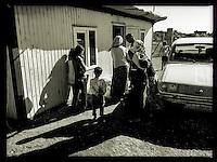 Brotverteilung in dem Fluechtlingscamp Arin Mirxan nahe der Ortschaft Suruc im tuerkischen Grenzgebiet zu Syrien. Hier leben ca. 250 Menschen, die vor dem Krieg des IS gegen die Kurden in dem Kurdengebiet Rojava von Syrien aus in die Tuerkei geflohen sind.<br /> 11.10.2015, Suruc/Tuerkei<br /> Copyright: Christian-Ditsch.de<br /> [Inhaltsveraendernde Manipulation des Fotos nur nach ausdruecklicher Genehmigung des Fotografen. Vereinbarungen ueber Abtretung von Persoenlichkeitsrechten/Model Release der abgebildeten Person/Personen liegen nicht vor. NO MODEL RELEASE! Nur fuer Redaktionelle Zwecke. Don't publish without copyright Christian-Ditsch.de, Veroeffentlichung nur mit Fotografennennung, sowie gegen Honorar, MwSt. und Beleg. Konto: I N G - D i B a, IBAN DE58500105175400192269, BIC INGDDEFFXXX, Kontakt: post@christian-ditsch.de<br /> Bei der Bearbeitung der Dateiinformationen darf die Urheberkennzeichnung in den EXIF- und  IPTC-Daten nicht entfernt werden, diese sind in digitalen Medien nach §95c UrhG rechtlich geschuetzt. Der Urhebervermerk wird gemaess §13 UrhG verlangt.]