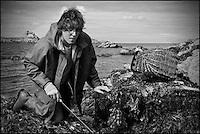 France, Côte d'Armor (22), Côte d'Emeraude, Saint-Jacut-de-la-Mer, Ile des Ebihens (Hebihens):   Rochers de l'île des Ebihens - Jérémy Allain directeur de l'assocaition: Vivarmor, à la pêche à pied AUTO N°: 2012-444 // France, Cote d'Armor, Cote d'Emeraude (Emerald Cost), Saint Jacut de la Mer,Iles de Ebihens (Hebihens): Rocks of the island of Ebihens - Jeremy Allain director of the association: Vivarmor, fishing on foot AUTO N°: 2012-444