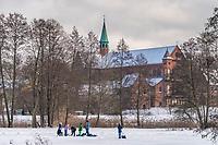 Kinder spielen im Schnee vor der Klosterkirche St. Marien, Kloster Lehnin, Kloster Lehnin, Potsdam-Mittelmark, Brandenburg, Deutschland