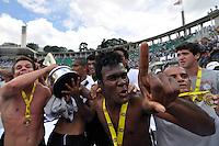 SAO PAULO, SP, 25 DE JANEIRO DE 2012 - COPA SAO PAULO FUTEBOL JR. - CORINTHIANS X FLUMINENSE - Jogadores do Corinthians comemoram o titulo de Campeão da Copa São Paulo de Futebol Junior, na manha desta quarta feira (25) no Estádio Paulo Machado de Carvalho, na zona oeste da cidade. (FOTO: LEVI BIANCO - NEWS FREE)