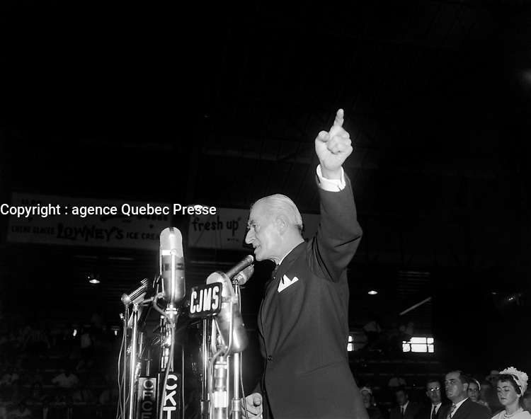 Assemblee de L'Union Nationale a Trois-Rivieres -<br />  Antonio Barrette<br /> le 29 mai 1960<br /> Photographe : Photo Moderne<br /> <br /> Photographe : Photo Moderne - Agence Quebec Presse