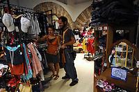 """Riciclo e riuso. Recycling and reuse..Mercatino dell'usato. .""""Il mercatino"""" è una catena in franchising, dove si vende e si compra oggettistica, vestiti,mobili,libri,elettrodomestici di seconda mano. Negli ultimi anni questo tipo di commercio ha avuto un notevole aumento, sia per questioni economiche che per sensibilità ambientale verso i temi del riciclo e riuso...Second-hand market..""""The marketplace"""" is a franchising where you sell and buy objects, .clothes, furniture, books, household appliances secondhand. .In recent years this type of trade has had a significant increase, both for economic and for environmental sensitivity towards the issues of recycling and reuse....."""