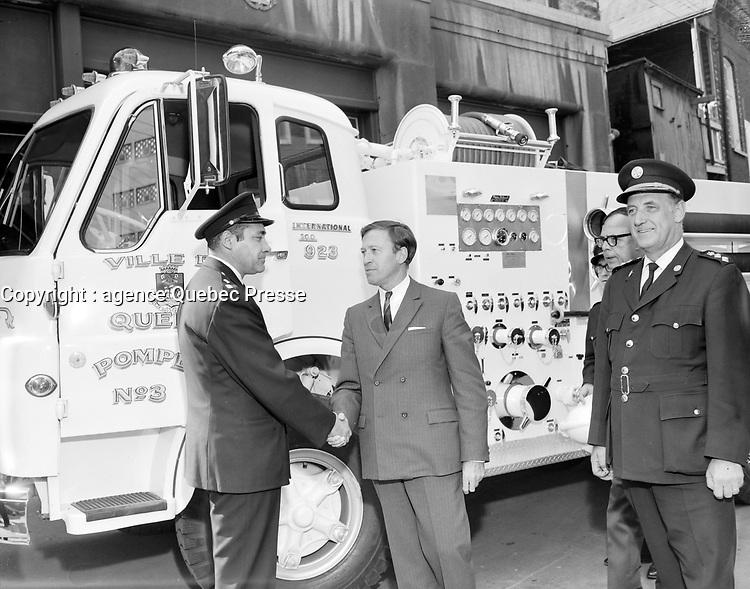 Le Maire Gilles Lamontagne avec les pompiers<br /> , Entre le 15 et le 21 septembre 1969<br /> <br /> Photographe :  Photo Moderne- Agence Quebec Presse