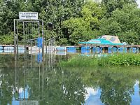 """Anleger der Gaststätte """"Fuchsbau"""" am Bootshaus in Stockstadt  am Erfelder Altrhein - Suedhessen 15.07.2021: Hochwasser am Rhein des sueshessischen Ried"""