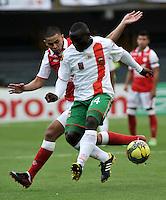 BOGOTA - COLOMBIA-27-04-2013: Yulian Anchico (Izq.) jugador del Independiente Santa Fe disputa el balón con Jhonny Mosquera (Der.) de Envigado F.C., durante partido en el estadio Nemesio Camacho El Campin de la ciudad de Bogota, abril 27 de 2013. Independiente Santa Fe y Envigado F.C. durante partido por la decimotercera fecha de la Liga Postobon I. (Foto: VizzorImage / Luis Ramirez / Staff).  Yulian Anchico (L) player of Independiente Santa Fe fights for the ball with Jhonny Mosquera (R) of Envigado F.C. during game in the Nemesio Camacho El Campin stadium in Bogota City, April 27, 2013. Independiente Santa Fe and Envigado F.C. in a match for the thirteenth round of the Postobon League I. (Photo: VizzorImage / Luis Ramirez / Staff).