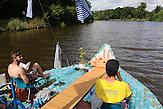 Jan Holan und Jan Kara genießen das Sonnenbaden auf der PETBurg / Zwei junge Tschechen haben 6.000 Plastikflaschen gesammelt, um darauf ein Abenteuer zu erleben. Sie haben ein Boot gebaut und fahren damit die Elbe hinunter, bis nach Hamburg.
