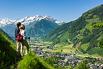 Oesterreich, Salzburger Land, Pinzgau, Raurisertal, Rauris: Hauptort des Raurisertals und Nationalparkgemeinde Hohe Tauern vor dem schneebedeckten Gipfel Edlenkopf (2.923 m) | Austria, Salzburger Land, region Pinzgau, Rauris Valley, Rauris: resort in the heart of the Nationalpark Hohe Tauern