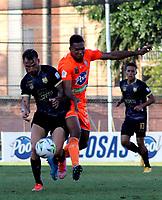 ENVIGADO - COLOMBIA, 18–10-2021: Diego Moreno de Envigado F. C. y Facundo Ospitaleche de Aguilas Doradas Rionegro disputan el balon durante partido entre Envigado F. C. y Aguilas Doradas Rionegro de la fecha 14 por la Liga BetPlay DIMAYOR II 2021 en el estadio Polideportivo Sur de la ciudad de Envigado. / Diego Moreno of Envigado F. C. and Facundo Ospitaleche during a match between Envigado F. C. and Aguilas Doradas Rionegro of the 14th date for the BetPlay DIMAYOR II League 2021 at the Polideportivo Sur stadium in Envigado city. / Photo: VizzorImage / Andres Alvarez / Cont.