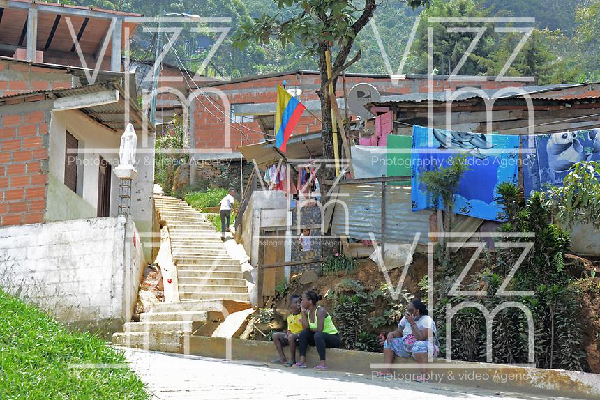 MEDELLIN - COLOMBIA, 15-04-2020: Barrios populares de Medellín durante el día 25 de la cuarentena total en el territorio colombiano causada por la pandemia  del Coronavirus, COVID-19. / Popular neighborhoods of Medellin of during day 25 of total quarantine in Colombian territory caused by the Coronavirus pandemic, COVID-19. Photo: VizzorImage / Leon Monsalve / Cont
