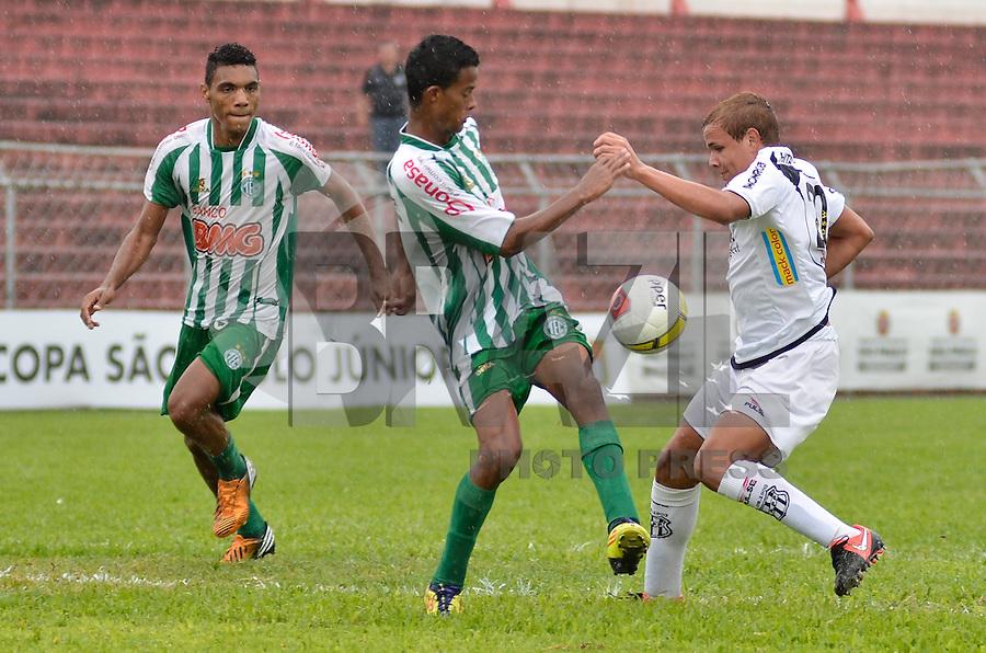 ATENÇÃO EDITOR: FOTO EMBARGADA PARA VEÍCULOS INTERNACIONAIS - SÃO PAULO, SP, 12 DE JANEIRO DE 2013 - COPA SÃO PAULO DE FUTEBOL JUNIOR - PONTE PRETA x TOCANTINÓPOLIS: Lance da partida Ponte Preta x Tocantinópolis, válida pela primeira fase Grupo Z da Copa São Paulo de Futebol Junior, disputado no estádio Comendador Souza em São Paulo. FOTO: LEVI BIANCO - BRAZIL PHOTO PRESS