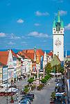 Deutschland, Niederbayern, Straubing: Theresienplatz mit Stadtturm und Dreifaltigkeitssaeule | Germany, Lower Bavaria, Straubing: Theresien Square with City Tower and Trinity Column