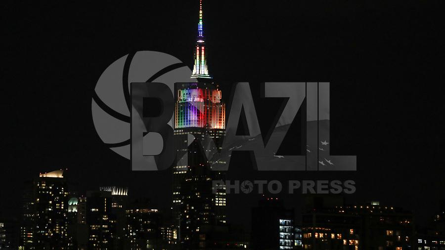 NEW YORK, EUA, 25.06.2017 - ILUMINAÇÃO-EMPIRE STATE - Vista do Empire State Building iluminado com as cores do arco-iris em alusão a Parado do Orgulho LGBT na Ilha de Manhattan na cidade de New York na noite deste domingo, 25. (Foto: William Volcov/Brazil Photo Press)