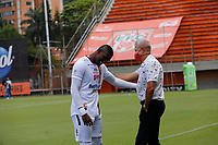 ENVIGADO - COLOMBIA, 27–03-2021: Andres Orozco, tecnico (E) de Envigado F. C. dialoga con Sergio Mosquera de Deportes Tolima durante partido entre Envigado F. C. y Deportes Tolima de la fecha 15 por la Liga BetPlay DIMAYOR I 2021, en el estadio Polideportivo Sur de la ciudad de Envigado. / Andres Orozco, coach (IC) of Envigado F. C. speaks with Sergio Mosquera of Deportes Tolima during a match between Envigado F. C., and Deportes Tolima of the 15th date for the BetPlay DIMAYOR I 2021 League at the Polideportivo Sur stadium in Envigado city. Photo: VizzorImage / Donaldo Zuluaga / Cont.