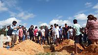 O corpo das sete vitimas  de uma mesma família, foram sepultadas no Cemitério Municipal Park da Saudade, na manhã desta sexta-feira (26).<br /> <br /> O cenário era de dor, choro, revolta e indignação, com ação policial que foi chamada de chacina pelos parentes das vítimas.<br /> <br /> Os corpos das vítimas chegaram a Redenção,  por volta das 5hs da manhã da sexta -feira e foram velados por cerca de três horas na quadra da Escola Municipal Otavio Batista Arantes, no Setor Aripuanã. Os corpos de Hercules Santos de Oliveira, 20 anos e Bruno Henrique Pereira Gomes, 20 anos,  foram sepultados no Cemitério de Pau D'arco.<br /> <br />  Em Redenção os corpos Regivaldo Pereira da Silva, 33 anos, Ronaldo Pereira de Souza, 41,  Antônio Pereira Milhomem, 50 anos, Weldson Pereira da Silva, Nelson Souza Milhomem, Jane Julia de Oliveira Weclebson Pereira Milhomem, foram sepultados em linha reta próximos um dos outros.<br /> Pau D'arco, Pará, Brasil.<br /> Foto Raimundo Costa<br /> 26/05/2017