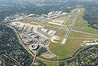 Flughafen Fuhlsbüttel: DEUTSCHLAND, HAMBURG, 06.08.2020: Blick auf den Flughafen Hamburg im Stadtteil Fuhlsbüttel. Der internationale Flughafen ist der fünftgrösste und älteste Flughafen Deutschlands und zählt zu den modernsten Flughäfen Europas. Betreiber des Hamburger Flughafens ist die Flughafen Hamburg GmbH, die zu 51 Prozent der Freien und Hansestadt Hamburg und zu 49 Prozent der Hochtief AirPort gehört.