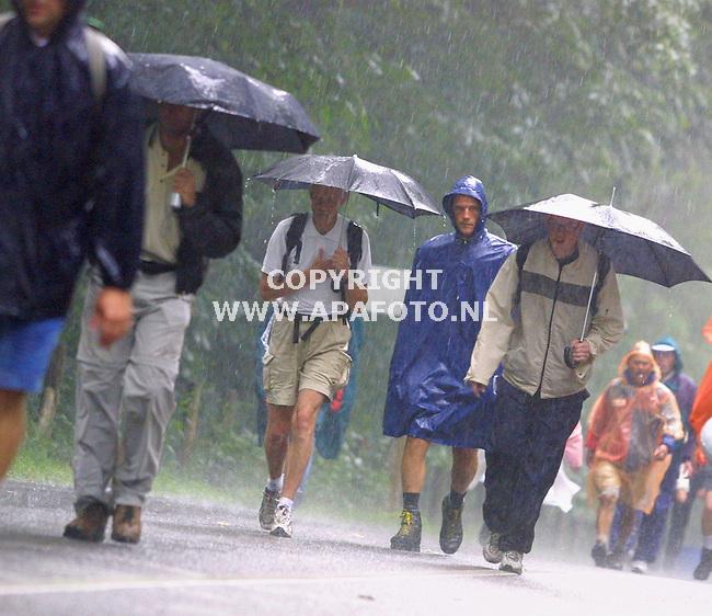 nijmegen, 190701<br />nijmeegse vierdaagse<br />regen bij de zeven heuvelenweg bij groesbeek<br />foto sjef prins / apa foto