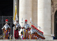 Le Guardie Svizzere in Piazza San Pietro in occasione del messaggio Urbi et Orbi di Papa Francesco nel giorno di Natale, Citta' del Vaticano, 25 dicembre 2016.<br /> Swiss Guards in St. Peter's Square on the occasion of the Pope Francis' Urbi et Orbi (to the city and the world) Christmas message, at the Vatican, on December 25, 2016.<br /> UPDATE IMAGES PRESS/Isabella Bonotto<br /> <br /> STRICTLY ONLY FOR EDITORIAL USE