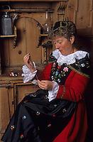 Europe/Suisse/Engadine/St-Moritz: Musée de l'Engadine - Sylvia Fasser en costume traditionnel