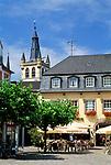 Deutschland, Rheinland Pfalz, Trier: Straßencafe am Dom, im Hintergrund  St. Gangolf Kirche | Germany, Rhineland-Palatinate, Trier: sidewalk cafe, background St. Gangolf church