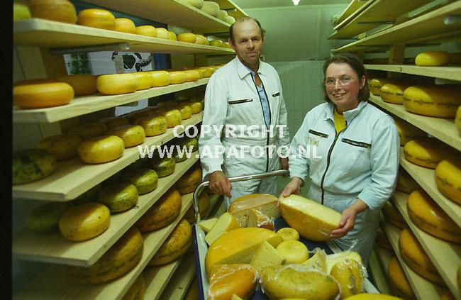 wilp(achterhoek 0 150999 jan en marie reinders in de kaasopslag van hun kaasboerderij. foto frans ypma