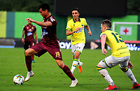 BARRANCABERMEJA-COLOMBIA, 01-02-2020: Steve Makuka de Atlético Bucaramanga y Francisco Rodríguez de Deportes Tolima disputan el balón, durante partido entre Atlético Bucaramanga y Deportes Tolima, de la fecha 3 por la Liga BetPlay DIMAYOR I 2020, jugado en el estadio Daniel Villa Zapata de la ciudad de Barrancabermeja. / Steve Makuka of Atletico Bucaramanga and Francisco Rodriguez of Deportes Tolima vie for the ball during a match between Atletico Bucaramanga and Deportes Tolima, of the 3rd date for the BetPlay DIMAYOR I Legauje 2020 at the Daniel Villa Zapata Stadium in Barrancabermeja city Photo: VizzorImage / José D Martínez / Cont.