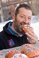 Europe/France/73/Savoie/Val d'Isère: Patrick Chevallot Boulanger Pâtissier, Meilleur Ouvrier de France mange ses brioches aux pralines