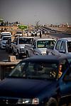 Irak - Zwischen Kirkuk und Erbil.  Warteschlangen vor den Tankstellen, [Die ISIS Truppen haben Oelpipelines gesprengt und die Zufuhr von Benzin abgebrochen. Nun gibt es in der ganzen Region nur noch sehr begrenzt Sprit]<br /> <br /> Engl.: Asia, Iraq, between Kirkuk and Erbil, conflict area, waiting queues in front of the filling stations, cars, June 2014