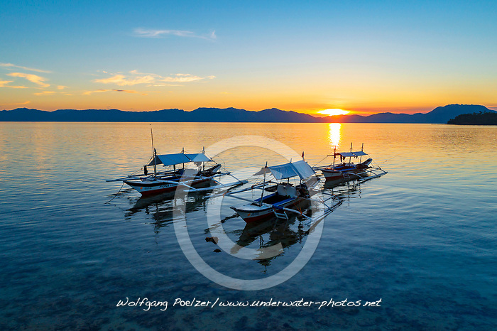 Auslegerboote im Sonnenuntergang, Island Romblon, Philippines, Philippine Sea, Pacific, Pacific Ocean / Sunset with outrigger canos, Island Romblon, Philippines, Philippine Sea, Pacific, Pacific Ocean