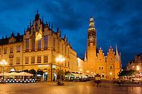 Alte Tuchhalle und  gotisches Rathausam Marktplatz (Rynek Glowny) in Wroclaw (Breslau), Woiwodschaft Niederschlesien (Województwo dolnośląskie), Polen, Europa<br /> Former Cloth Hall and Gothic townhall at Marketplace (Rynek Glowny) in Wroclaw,  Poland, Europe