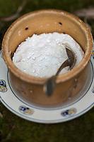 France, Morbihan (56), Landévant : Chambre et Table d' hôtes: Talvern, le fromage frais au lait de vache  de Patrick Gillot ,   / France, Morbihan, Landévant, Patrick Gillot