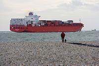 Europe/France/Normandie/Haute-Normandie/76/Seine-Maritime/Le Havre: la plage de galets et cargo quittant le port