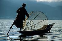 Asie/Birmanie/Myanmar/Plateau Shan/Ywathit: Lac Inle - Pêcheur sur la lac avec sa nasse conique