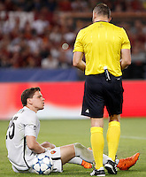 Calcio, Champions League, Gruppo E: Roma vs Barcellona. Roma, stadio Olimpico, 16 settembre 2015.<br /> Roma's goalkeeper Wojciech Szczesny, left, is assisted by referee Bjorn Kuipers after getting injured during a Champions League, Group E football match between Roma and FC Barcelona, at Rome's Olympic stadium, 16 September 2015.<br /> UPDATE IMAGES PRESS/Isabella Bonotto
