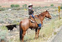 4415 / Cowgirl: AMERIKA, VEREINIGTE STAATEN VON AMERIKA, ARIZONA,  (AMERICA, UNITED STATES OF AMERICA), 15.05.2006:Cowgirl im Painted Dessert bei der Arbeit