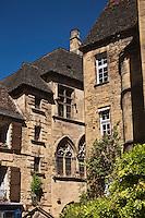 Europe/France/Aquitaine/24/Dordogne/Vallée de la Dordogne/Périgord/Périgord Noir/Sarlat-la-Canéda: L'hôtel de Vassal (XVème) et l'hôtel Plamon au fond.<br /> L'hôtel Plamon - Demeure des  drapiers Selves de Plamon Trois baies à l'étage présentent les atours du gothique, et les fenêtres à meneaux qui les surmontent datent du 15ème siècle.
